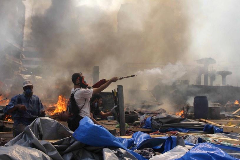 Zwolennik Bractwa Muzułmańskiego celuje w kierunku policjantów podczas walk w Kairze w 2013 roku, zdjęcie ilustracyjne /AFP