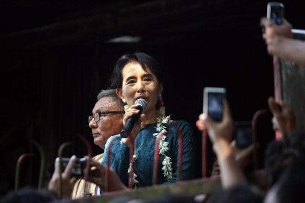 Zwolniona z aresztu domowego Aung San Suu Kyi przemawia do swoich zwolenników/AFP /New York Times/©The International Herald Tribune