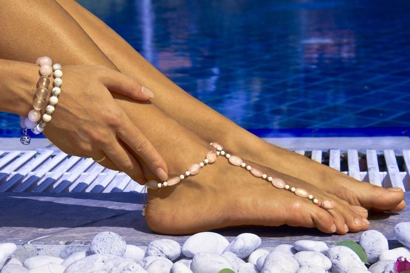 Zwróć uwagę na składniki kosmetyków. Dzięki nim możesz błyskawicznie orzeźwić ciało i zmniejszyć obrzęki /123RF/PICSEL