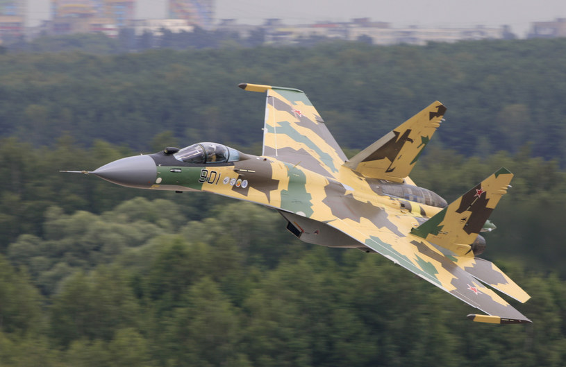 Zwrotny Su-35 ma z łatwością poradzić sobie z F-35 - zapewniają specjaliści z Rosji. /materiały prasowe