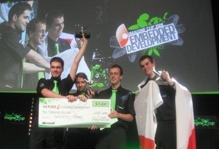 Zwycięski zespół Aero@PUT odbiera nagrodę za 3. miejsce i czek na na 5 tys. dol. /INTERIA.PL