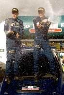 Zwycięzcuy rajdu - Richard Burns i pilot Robert Reid toną w szampanie