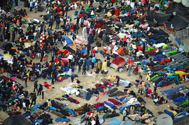 Zwykle po sobotnim czuwaniu młodzi nie opuszczają go aż do niedzielnej mszy z papieżem, na zdj. Copacabana w sobotę wieczorem w trakcie ŚDM w Brazylii /VANDERLEI ALMEIDA /AFP