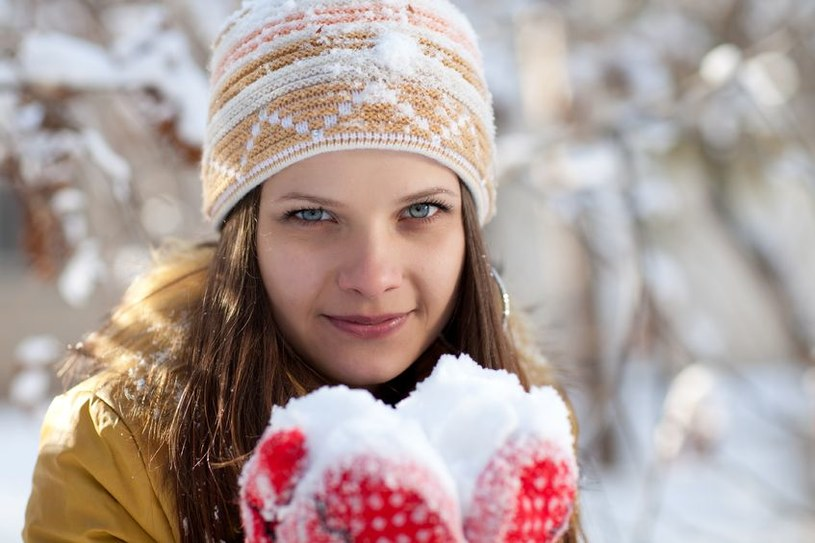 Zwykłe rękawiczki z jednym palcem, takie jakie noszą dzieci, dobrze chronią przed zimnem, bo złączone palce kumulują ciepło /©123RF/PICSEL