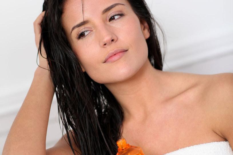 Zwykłego olejku nie powinno się nakładać u nasady skóry głowy, bo może to spowodować efekt przetłuszczonych włosów /123RF/PICSEL