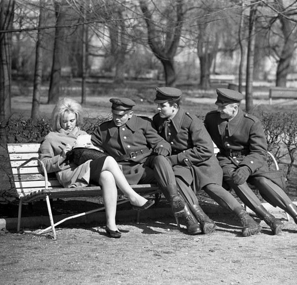 Żołnierski flirt w jednym z warszawskich parkow (1962 r.)