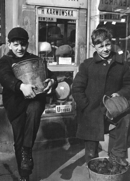 Chłopcy niosący węgiel na opał. Ulica Marszalkowska, Warszawa, lata 60.