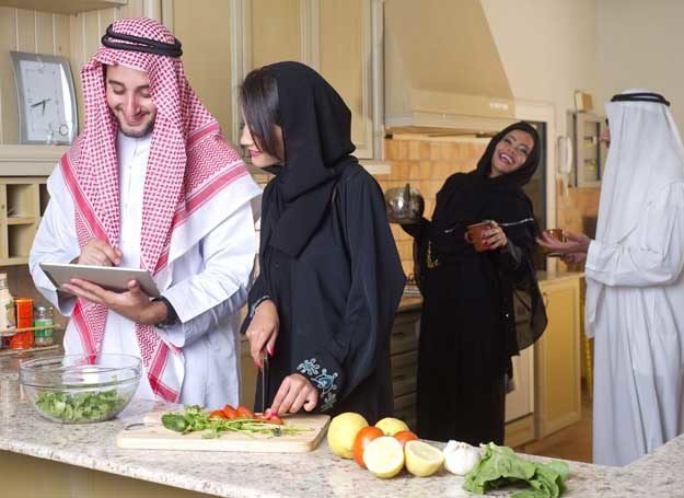Życie towarzyskie Arabów jest bogate, ale mężczyźni i kobiety często bawią się osobno /©123RF/PICSEL