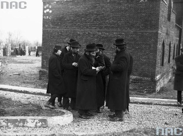 Żydzi w przedwojennej Polsce. Zdjęcie przed synagogą /Z archiwum Narodowego Archiwum Cyfrowego