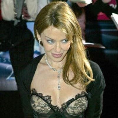 Zyski ze sprzadaży biustonosza Kylie przekazano na fundusz Breast Cancer Care /AFP