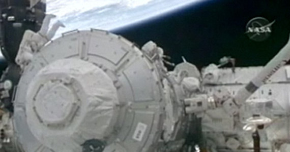 Astronauci wahadłowca Endeavour, podczas pierwszego spaceru kosmicznego obecnej misji zainstalowali ostatnie duże elementy Miedzynarodowej Stacji Kosmicznej. Na orbitę wyniesiono do tej chwili 98 procent planowanych elementów stacji, ważących ponad 360 ton.