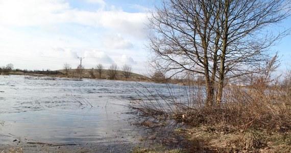 Poziom wody na Bugu we Włodawie na Lubelszczyźnie przekroczył stan ostrzegawczy. W nadbużańskich gminach powiatu włodawskiego ogłoszono pogotowie przeciwpowodziowe. Służby kryzysowe zapewniają jednak, że w województwie lubelskim nie ma bezpośredniego zagrożenia powodzią. Z kolei w Łódzkiem stany alarmowe przekroczone są na ośmiu rzekach.
