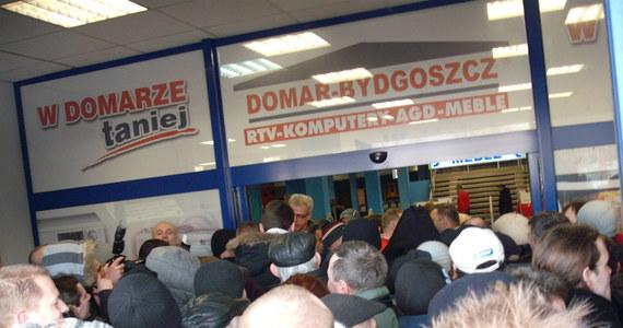 """Telewizory i kuchenki tańsze nawet o 60 proc. można kupić na wyprzedaży w Bydgoszczy. Towarów poreklamacyjnych, ale też resztek zapasów magazynowych pozbywa się sieć sklepów RTV i AGD """"Domar"""". Spółka ogłosiła upadłość pod koniec ubiegłego roku, likwidując 47 sklepów w całej Polsce."""