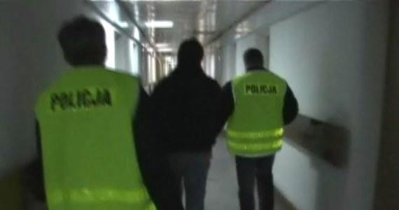 Trzej lekarze i pośrednik wpadli w ręce śląskiej policji. Zatrzymani załatwiali zwolnienia lekarskie w zamian za łapówki. Grozi im do 10 lat więzienia.