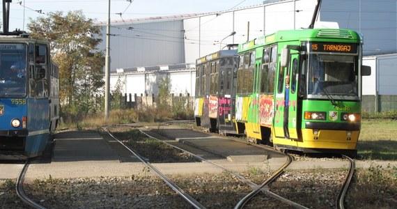 Remont strategicznego skrzyżowania i wymiana torów - to zapowiedź dla Wrocławia. W nocy rozpoczyna się przebudowa skrzyżowania Bardzkiej i Armii Krajowej. Przejeżdżają tamtędy kierowcy jadący w kierunku Strzelina i Opola. Torowisko z kolei remontowane będzie w ścisłym centrum na ulicy Piłsudskiego. Trzeba wymienić szyny, by mogły po nich jeździć tramwaje niskopodłogowe. Trasę przejazdu zmienia na czas remontu aż 10 linii tramwajowych. Na przystankach jednak nie ma informacji o planowanych zmianach. Dlatego reporterzy RMF FM przygotowali dla Was podpowiedź.