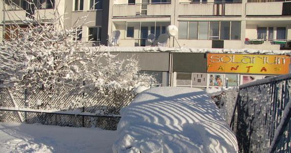 Śnieg po kostki, miejscami po kolana przywitał rano mieszkańców Warszawy. Ale nie tylko. W ciągu nocy w wielu regionach sypnęło śniegiem; drogi, chodniki i samochody pokryły się kilkunastocentymetrową warstwą śniegu. Służby walczą ze śniegiem, ale kierowcy powinni liczyć się z trudnymi warunkami. W gigantycznym karambolu na Mazowszu zderzyło się 60 aut.