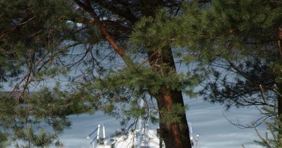 Na początek sezonu żeglarskiego trzeba jeszcze poczekać, ale już dziś w jednym z portów na Mazurach został zwodowany pierwszy jacht. To nie było proste zadanie, bo jezioro pokrywa lód o grubości 40 cm - informuje nasz słuchacz Szymon.