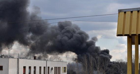 W Sosnowcu strażacy dogaszają składowisko odpadów - opakowań z tworzyw sztucznych, pojemników i gumy. Kłęby czarnego, gryzącego dymu widoczne są z odległości kilku kilometrów. Na szczęście w pożarze nikt nie ucierpiał. Informację o płonącym składowisku otrzymaliśmy na Gorącą Linię RMF FM.