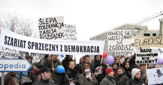 Demonstracja przeciwników i kontrmanifestacja zwolenników budowy meczetu na warszawskiej  Ochocie. Obie grupy stanęły naprzeciwko siebie, oddzielone kordonem policji. Walcząc na słowa, używały podobnych haseł. Gdy zwolennicy meczetu krzyczeli: Stop radykałom, z drugiej strony padało: Stop fanatykom.
