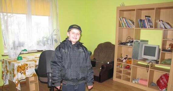 11-letni Sebastian z wsi Bystrzyca Nowa na Lubelszczyźnie, który w lutym został odebrany rodzicom z powodu biedy, spędza święta w swoim domu. Po Wielkanocy z powrotem trafi do domu dziecka. Być może nie na długo, bo w rodzinnym domu dzięki pomocy proboszcza i ludzi z całej Polski, którzy wsparli finansowo rodzinę, trwa generalny remont. O losie Sebastiana sąd zadecyduje 13 kwietnia.