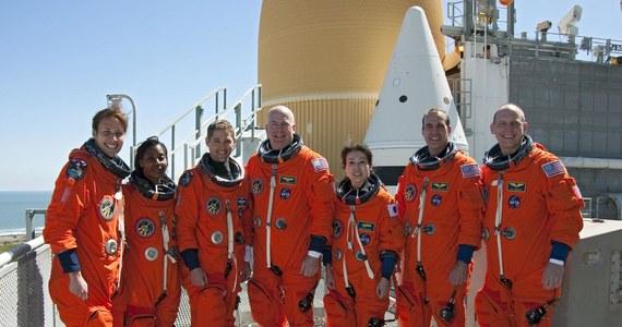 W historii lotów kosmicznych jeszcze nigdy na orbicie nie było równocześnie tak wielu kobiet. Na pokładzie promu kosmicznego Discovery i Międzynarodowej Stacji Kosmicznej (ISS) pracują w tej chwili aż cztery astronautki. Ta rekordowa liczba wciąż nie daje paniom parytetu, równocześnie bowiem, na orbicie przebywa dziewięciu mężczyzn. Do tej pory w lotach kosmicznych uczestniczyło w sumie 517 osób, 54 z nich to kobiety.