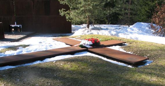 Donald Tusk i Władimir Putin złożyli wieńce i zapalili znicze na polsko-rosyjskim cmentarzu w Katyniu. W Lesie Katyńskim trwają uroczystości z udziałem szefów polskiego i rosyjskiego rządu upamiętniające polskich oficerów zamordowanych przez NKWD w 1940 r.