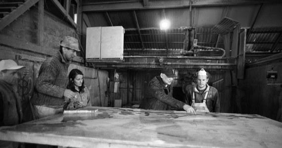 Sarkofag, w którym spoczną ciała Marii i Lecha Kaczyńskich, będzie wykonany z onyksu miodowego. Powstał w pracowni krakowskiego artysty rzeźbiarza Jana Siuty. Prace nad sarkofagiem trwały kilka dni. Zobacz zdjęcia, dokumentujące powstawanie sarkofagu.