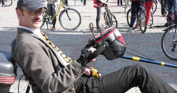 Rewię rowerowej mody mogli dziś podziwiać spacerujący starówką mieszkańcy Torunia. Otwierający sezon miłośnicy jednośladów postanowili udowodnić, że można na nich jeździć nie tylko w stroju sportowym.