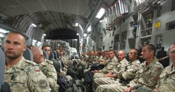 Już ich nie blokuje pył wulkaniczny ani napięta sytuacja w Kirgistanie. Pierwsi polscy żołnierze z szóstej zmiany kontyngentu wojskowego w Afganistanie wrócą dzisiaj do kraju. Jak dowiedział się reporter RMF FM Maciej Grzyb, amerykański samolot czarterowy wystartował przed godz. 6 z lotniska w kirgiskiej bazy Manas.