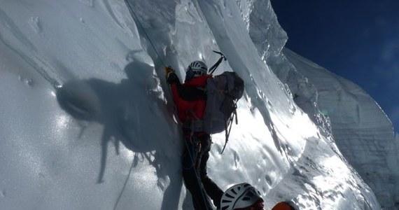 Po zdobyciu Annapurny (8091 m) Kinga Baranowska i Piotr Pustelnik dotarli szczęśliwie do bazy (4100 m). Mimo sukcesu są przygnębieni śmiercią hiszpańskiego alpinisty Tolo Calafata. Pochodzący z Majorki Calafat po zdobyciu Annapurny, w trakcie schodzenia, doznał obrzęku mózgu. Dramatyczną sytuację pogarszał fakt, że zgubił plecak z ciepłą odzieżą i namiotem. Zmarł po spędzeniu dwóch nocy na wysokości ok. 7600 m.
