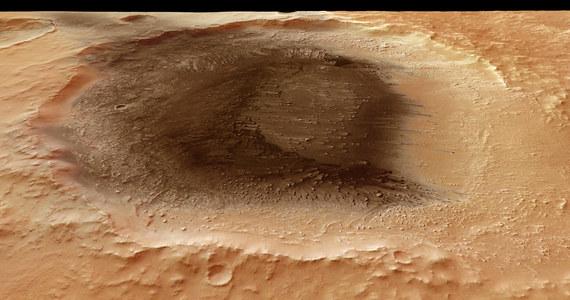 O tym, jak poważne zakłócenia może powodować na Ziemi pył wulkaniczny, mogliśmy się ostatnio przekonać po erupcji wulkanu Eyjafjallajökull na Islandii. Dzięki obrazom przesłanym przez sondę Mars Express, możemy teraz zaobserwować, jakie ślady pył wulkaniczny pozostawił na Marsie.