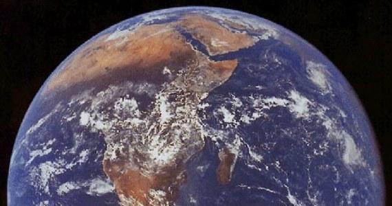 """Komety, czy asteroidy nie musiały przynosić wody na Ziemię. W chwili narodzin naszej planety woda już tu była. Takie są wnioski z najnowszych badań, prowadzonych przez brytyjskich i amerykańskich naukowców, których wyniki opublikowano na łamach czasopisma """"Science"""". Kluczowe znaczenie miały badania różnic w zawartości izotopów srebra w meteorytach i skorupie ziemskiej."""