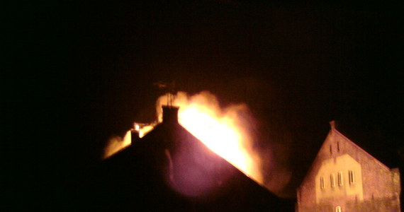 Lokatorzy kamienicy w Siemianowicach Śląskich, gdzie rano wybuchł pożar, na razie nie wrócą do mieszkań. W pożarze zginęła kobieta i ośmioletnie dziecko, trzy kolejne osoby trafiły do szpitala. W jednym z budynków spalił się dach i mieszkanie. Na razie nie wiadomo, co było przyczyną pożaru.
