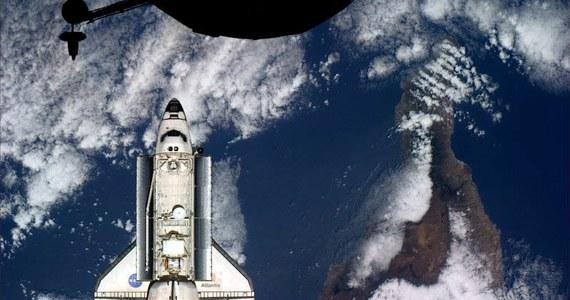 Garrett Reisman i Stephen Bowen rozpoczęli pierwszy spacer kosmiczny ostatniej misji wahadłowca Atlantis. Astronauci wyszli w otwartą przestrzeń kosmiczną krótko po 14 czasu polskiego. Ich spacer ma potrwać ponad 6 godzin. W tym czasie mają przede wszystkim zainstalować nową antenę, która zapewni Międzynarodowej Stacji Kosmicznej rezerwowe kanały komunikacji z centrami kontroli lotu na Ziemi.