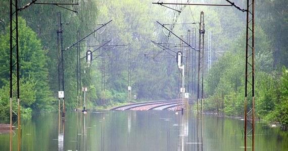 Najwięcej zamkniętych odcinków jest na Śląsku. W Małopolsce - niewiele lepiej. Dobra informacja jest taka, że dwaj przewoźnicy - Intercity oraz Przewozy Regionalne wzajemnie honorują bilety w pociągach. Zasady obowiązują w południowych województwach, które najbardziej ucierpiały w powodzi.