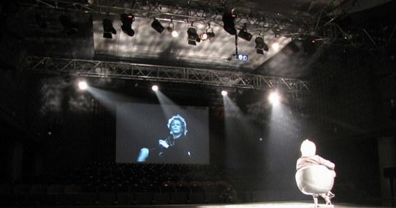 """Krystyna Janda i Magda Umer wracają do słynnego spektaklu """"Biała bluzka"""" na podstawie tekstu Agnieszki Osieckiej. Próby przed premierą trwają w stołecznym Och Teatrze."""