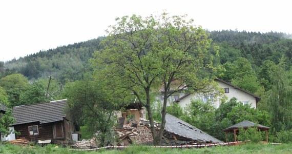 Strażacy nie znaleźli nikogo pod gruzami pięciu domów zniszczonych przez osuwisko w miejscowości Kłodne koło małopolskiej Limanowej. 15 budynków mieszkalnych jest mocno uszkodzonych. Ewakuowano już 180 osób. Zbocze osunęło się pod wpływem rzęsistego deszczu.