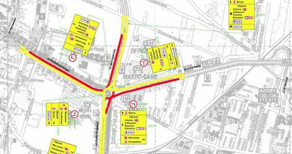 W nocy z 15 na 16 czerwca wprowadzone zostaną kolejne zmiany w organizacji ruchu na Rondzie Ofiar Katynia w Krakowie. Ma to związek z kolejną fazą przebudowy tego skrzyżowania - rozpoczną się prace związane z budową tunelu oraz estakady.