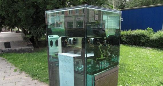 """Przy Bramie Portowej w Szczecinie stanął pomnik powielacza. Odsłonięto go z okazji 25-lecia powstania ruchu Wolność i Pokój. Urządzenie jest zatopione w szkle, które stoi na niewielkim postumencie. Jak głoszą słowa na płótnie imitującym drukowany przez powielacz papier odegrało ono """"nieocenioną rolę w demontażu komunizmu""""."""