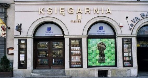 Na turystycznym szlaku Krakowa przybył dzisiaj kolejny punkt - kamienica na Rynku Głównym pod numerem 23. 400 lat temu znajdowała się tam księgarnia, w której sprzedano pierwszą książkę w Europie. Najprawdopodobniej był nią podręcznik akademicki. Przy wejściu do kamienicy odsłonięto dzisiaj pamiątkową tablicę.