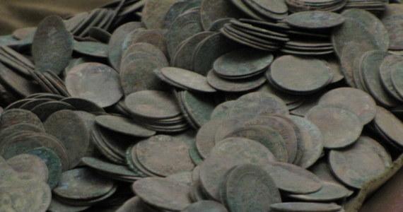 W czasie remontu zabytkowych piwnic Muzeum Historycznego na Starym Mieście w Warszawoe odnaleziono ponad 1200 zabytkowych monet. Ważą około czterech kilogramów. To głównie szóstaki, orty i tymfy.