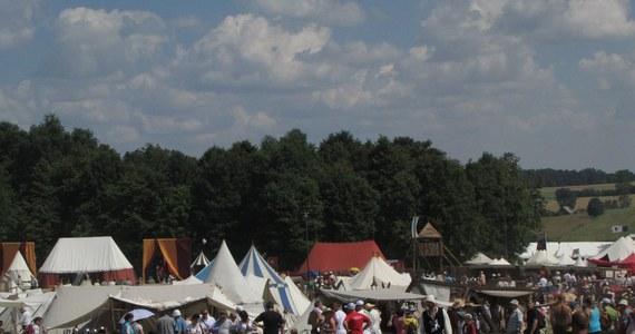 Tłumy turystów przybywają na Pola Grunwaldzkie, gdzie o godzinie 14 rozpocznie się wielka inscenizacja bitwy sprzed 600 lat. Na drogach dojazdowych do Grunwaldu już tworzą się korki.