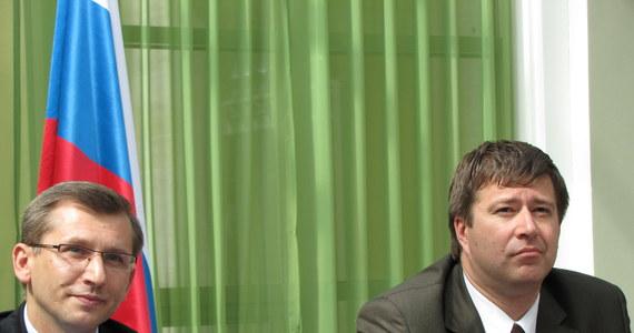 Dochodzenie w sprawie katastrofy pod Smoleńskiem przedłużono do października - poinformował rosyjski minister sprawiedliwości Aleksandr Konowałow po spotkaniu w Petersburgu ze swym polskim odpowiednikiem Krzysztofem Kwiatkowskim. Jak dodał, sprawa ta jest uważana przez kierownictwo polityczne państwa, Prokuraturę Generalną i jej pion śledczy za całkowicie bezprecedensową.