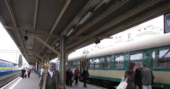 Prawdziwą mękę przeszli pasażerowie pociągu jadącego z Kołobrzegu do Lublina. Skład wyjechał znad morza w sobotę o 23:30 i miał przyjechać w niedzielę o 13:45. Jednak z powodu awarii na trasie dotarł do celu dopiero o 18:51, czyli po 19 godzinach jazdy.