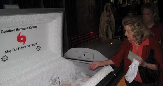 W jednej z dzielnic Nowego Orleanu ustawiono trumnę. Mieszkańcy miasta wkładają do niej listy pożegnalne dla huraganu, który zniszczył ich życie. Dziś, w piątą rocznicę tragedii, jaka rozegrała się u wybrzeży Zatoki Meksykańskiej, odbędzie się uroczysty pogrzeb.