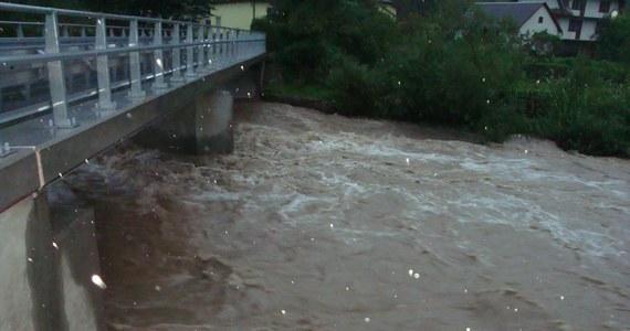 Pogarsza się sytuacja powodziowa w Śląskiem. Stany alarmowe na rzekach są już przekroczone w 10 miejscach. W piętnastu woda przewyższa stan ostrzegawczy. We wtorek po południu ogłoszono alarm powodziowy w 5 powiatach regionu i w Bielsku Białej. Z kolei w Małopolsce alarmy powodziowe obowiązują w 2 gminach. Na Gorącą Linię RMF FM otrzymujemy wiele zdjęć wzbierających rzek i potoków.