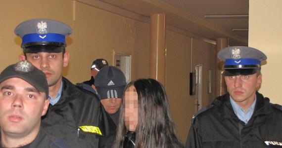 Trzynastoletnia nożowniczka z Krakowa na trzy miesiące trafi do schroniska dla nieletnich - zdecydował sąd. Biegli mają zdiagnozować stan psychiczny Agaty G. Dziewczyna w trakcie przesłuchania przyznała się do zranienia koleżanki. W czasie wyprowadzania z sądu płakała i histerycznie krzyczała.