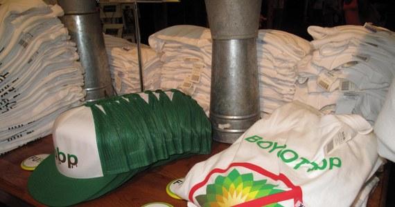 Koszulki związane z katastrofą w Zatoce Meksykańskiej popularniejsze niż oficjalne gadżety związane z Nowym Orleanem i stanem Luizjana. Jak informuje korespondent RMF FM Paweł Żuchowski, plama ropy, która jest koszmarem dla miejscowych, staje się powoli symbolem tego miejsca.