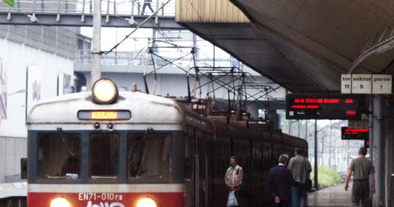 Spóźnione i brudne pociągi jeżdżące coraz wolniej - taki jest efekt gigantycznego zadłużenia polskich kolei. Dług PKP SA to aż sześć miliardów złotych; przewoźnicy z grupy PKP zalegają po kilkaset milionów złotych. Kiedy pasażerowie doczekają się zmian na lepsze? Najwcześniej za 5-8 lat, o ile wreszcie zaczną się zapowiadane od dawna reformy.