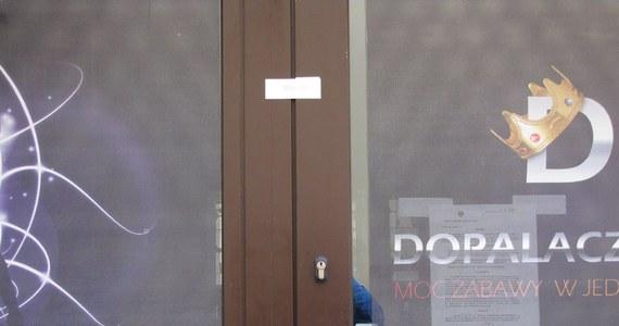 Zerwane plomby na drzwiach w trzech sklepach z dopalaczami na Podkarpaciu. Zerwano je w Rzeszowie, Mielcu i Jarosławiu. Poza plombami nie ma innych uszkodzeń, np. drzwi lub wybitych szyb w oknach. O zerwaniu plomb zawiadomiono już sanepid, który założy nowe.